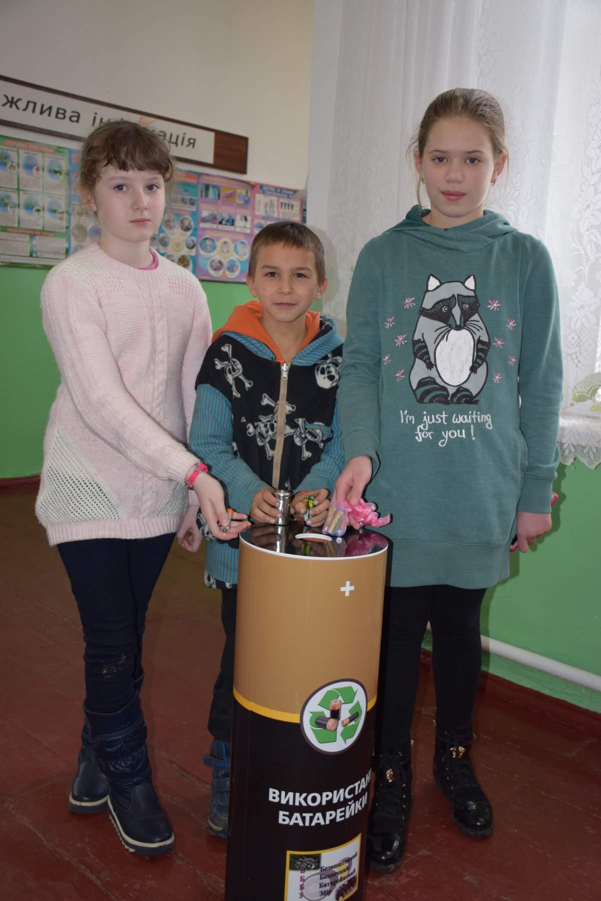 Контейнери для відпрацьованих батарейок з'явились у школах сіл Лебедин та Кримки (фото)