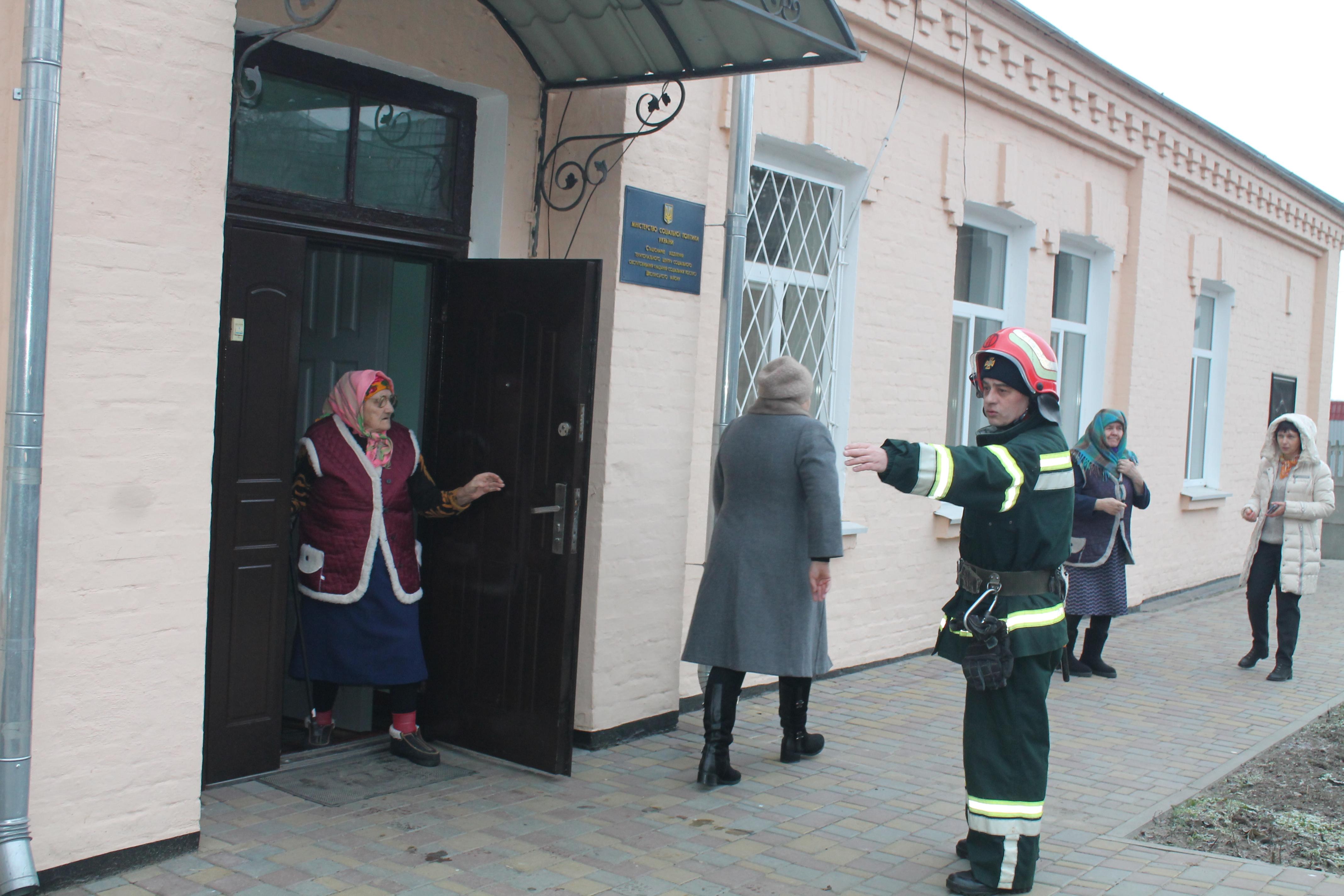 Рятівники навчали основним принципам безпеки поводження з вогнем